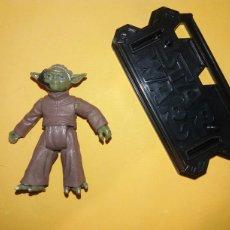 Figuras y Muñecos Star Wars: FIGURA STAR WARS YODA + BASE STAND. SAGA JEDI ATTACK FIGHTER. MOVIE HEROES SERIES 2013 RAREZA 4,5 CM. Lote 179029141