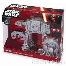 Figuras y Muñecos Star Wars: STAR WARS AT-AT, CON MANDO DE PROGRAMACIÓN, INTERACTIVO. A ESTRENAR, FIGURA DE 30 CM.. Lote 183632960