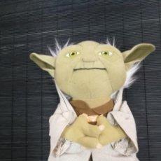 Figuras y Muñecos Star Wars: MUÑECO PELUCHE MAESTRO YODA STAR WARS HABLA AL APRETARLO CON ESTIQUETAS ORIGINALES. Lote 203726983