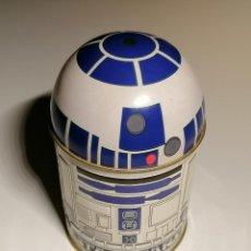 Figuras y Muñecos Star Wars: PROMOCION LATA DE R2-D2 STAR WARS DE 1997 CON LAS GOMINOLAS Y LAS CHAPAS AUN EN SU INTERIOR. Lote 261879140