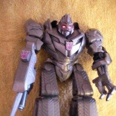 Figuras y Muñecos Transformers: TRANSFORMERS DE GRAN TAMAÑO CON OJOS QUE BRILLAN Y SONIDO DE RUIDO Y PALABRAS. Lote 34238928