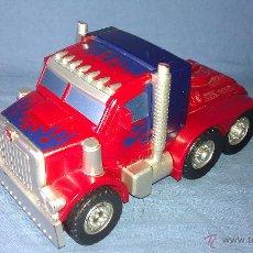 Figuras y Muñecos Transformers: RARA FIGURA CONVERTIBLE DE OPTIMUS PRIME LÍDER DE TRANSFORMERS AUTOBOOTS - HASBRO TAKARA 2006 -. Lote 48833497