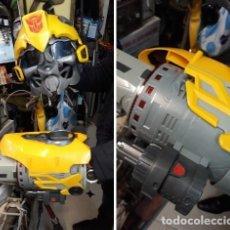 Figuras y Muñecos Transformers: BRAZO CAÑON DE PLASMA Y CASCO TRANSFORMERS BUMBLEBEE VOICE MIXER HASBRO 2009.. TAMAÑO NATURAL ... Lote 211604931