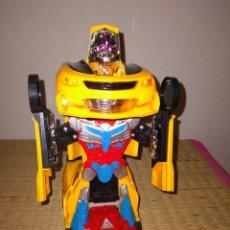 Figuras y Muñecos Transformers: COCHE ROBOT Y REGALO COCHE HOT WHEELS CON SONIDO Y LUCES. Lote 290133123