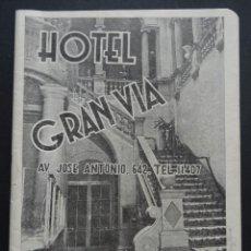 Folletos de turismo: GUIA DE BARCELONA EDITADA POR EL HOTEL GRAN VIA DE BARCELONA PARA AGOSTO DEL AÑO 1950. Lote 224111798