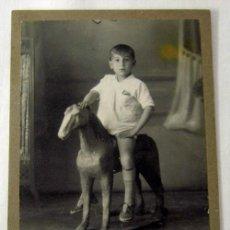 Fotografía antigua: FOTOGRAFÍA NIÑO SOBRE CABALLO JUGUETE DE M.TEROL MADRID PP S XX. Lote 6369299