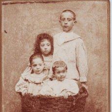 Fotografía antigua: FOTOGRAFÍA DE CUATRO NIÑOS METIDOS EN UN CESTO. SIN FOTÓGRAFO. 16,2 X 10,6 CM.. Lote 27026302