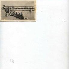 Fotografía antigua: SEÑORES EN BARCA Y PUENTE DE HIERRO DE FONDO - 9 X 6.50 -. Lote 11002440