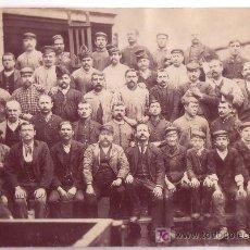 Fotografía antigua: BARCELONA, PERSONAL Y TRABAJADORES DE UNA FÁBRICA. SIN DATOS. 1880'S APROX. 16 X 22 CM.. Lote 12390778