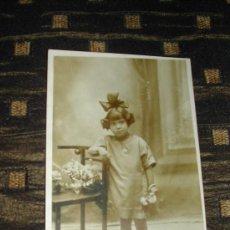 Fotografía antigua: NIÑA CON LAZO. Lote 27377935
