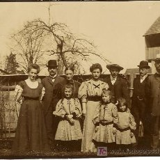 Fotografía antigua: GRUPO FAMILIAR. ANTIGUA FOTOGRAFÍA. DOBLEZ Y LIGERA ROTURA EN LADO IZQUIERDO. . Lote 17926776