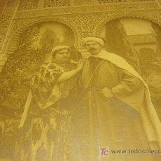 Fotografía antigua: FOTO DE PRINCIPIOS DE SIGLO DE UNA PAREJA NAZARI CON FONDO DECORADO DE LA ALHMABRA.. Lote 26226931