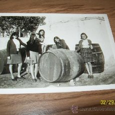 Fotografía antigua: JOVENES , BARRICAS DE VINO- MIDE 9 X 12.5 CM. S/F.. Lote 21704930