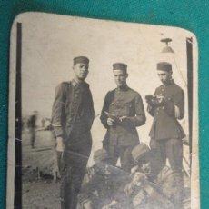 Fotografía antigua: FOTO DE UN GRUPO DE SOLDADOS EN AFRICA, 7 X 9 CM APROX.. Lote 21817585