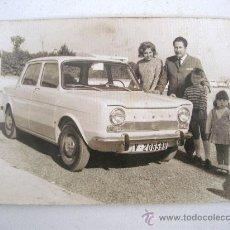 Fotografía antigua: FOTO DE FAMILIA CON COCHE SIMCA MATRICULA VALENCIA- VEDAD DE TORRENTE, 6 ENERO DE 1968. Lote 23384909