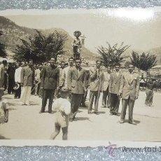 Fotografía antigua: FOTOGRAFIA DE PROCESION, DESCONOZCO DE DONDE ES. SALIDA DE CASA CATALANA. . Lote 27198844