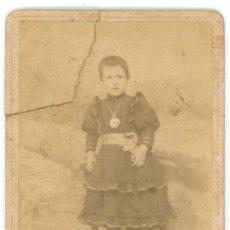 Fotografía antigua: FOTOGRAFIA DE UN NIÑO SUBIDO EN UNA SILLA. Lote 27654224