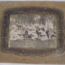 Fotografía antigua: FOTO ESCOLAR, RECUERDO DE COLEGIO DE AMPARIN GRANCES, CARTON CON RELIEVE MODERNISTA (31X24CM APROX). Lote 27672204