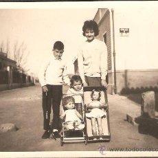 Fotografía antigua: EN UNA CALLE DE VALENCIA. LABORATORIOS ESCUDER. Lote 27673707