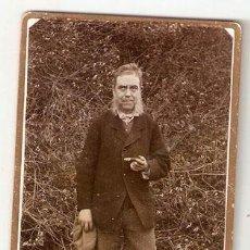 Fotografía antigua: HOMBRE FUMANDO UN PURO. PRICIPIO SIGLO. SOBRE CARTON. 10 X 6,2 CMS. SIN MARCA DE AUTOR. VELL I BELL. Lote 29189529