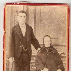 Fotografía antigua: HOMBRE Y ANCIANA PRICIPIO DE SIGLO SOBRE CARTON. 10,4 X 6,2 CMS. SIN MARCA DE AUTOR. VELL I BELL. Lote 29189563