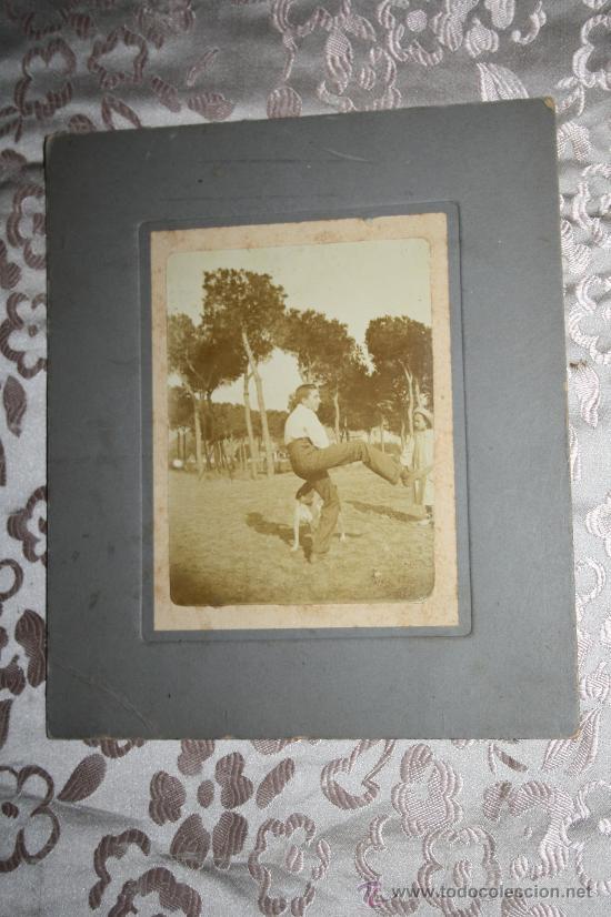 FOTOGRAFÍA EN ALBÚMINA DEL PINTOR YAGO CÉSAR JUGANDO CON UN PERRO - S.XIX (Fotografía Antigua - Albúmina)