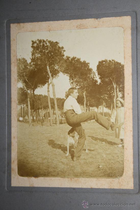 Fotografía antigua: FOTOGRAFÍA EN ALBÚMINA DEL PINTOR YAGO CÉSAR JUGANDO CON UN PERRO - S.XIX - Foto 2 - 29620061