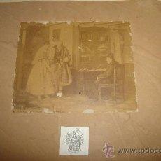 Fotografía antigua: LAURENT, 16X20CM. ANCIANO Y JOVEN EN OFRENDA AL PÁRROCO. Lote 29678228