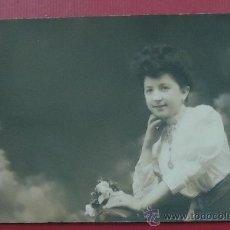 Fotografía antigua: FOTOGRAFÍA DE UNA MUJER JOVEN. SIN FOTÓGRAFO. 8,7 X 13,8 CM. 1907. Lote 29964458