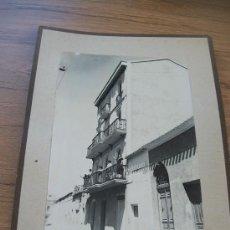 Fotografía antigua: ANTIGUA FOTOGRAFIA(17X11CM.) CON BASE DE CARTÓN( 24 X 16CM.)-S/F.- LUZ Y SOMBRA. Lote 30733021