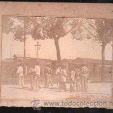 Fotografía antigua - FOTOGRAFIA DE NEGROS CUBANOS, AL FONDO BARRACAS. 1890. - 31141961