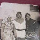 Fotografía antigua: ANTIGUA FOTOGRAFÍA EN BLANCO Y NEGRO DE 3 JÓVENES DISFRAZADOS EN CARNAVAL. .AÑOS 60. Lote 31326073