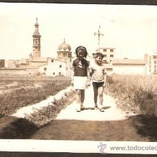 Fotografía antigua: VALENCIA. BENICALAP. DOS NIÑOS EN EL CAMINO A LA IGLESIA SAN ROQUE. Lote 31653676