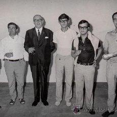 Fotografia antiga: FOTOGRAFIA ORIGINAL DE LLANOS AÑOS 70 - ALVARO CUNQUEIRO CON PERIODISTAS VIGUESES - VIGO. Lote 31760639