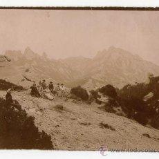 Fotografía antigua: MONTSERRAT, VISTA DE LA MONTAÑA Y GRUPO DE EXCURSIONISTAS, 1900'S. 13X18 CM.. Lote 32646629