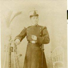 Fotografía antigua - MILITAR. ZARAGOZA. SOLDADO DE INFANTERÍA. ASISTENTE DE UN OFICIAL. AÑO 1910. - 32806310