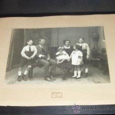 Fotografía antigua: FOTOGRAFÍA FAMILIAR AÑOS 20 Ó 30. RETRATO FAMILIAR FOTO PAVÓN. SEVILLA.. Lote 32975613