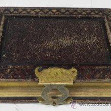 Fotografía antigua: ANTIGUO ALBUM PARA FOTOGRAFIAS ALBUMINAS DE GABINETE, TAMAÑO 10 X 6 APROX, CON PRECIOSO CIERRE METAL. Lote 33009942