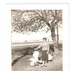 Fotografía antigua: HUERTA DE VALENCIA. MUJER Y VESPA. Lote 33360064