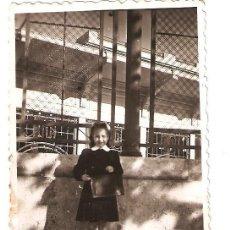 Fotografía antigua: VALENCIA. NIÑA FRENTE AL MERCADO DE ABASTOS. Lote 33960063