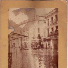 Fotografía antigua: FOTOGRAFIA ORIGINAL DE 22X16.5 CM DE LA RIADA DE SEVILLA DE 1912 - CALLE ZARAGOZA AL FONDO. Lote 34274919