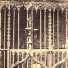 Fotografía antigua: FOTOGRAFIA ALBUMINA DE REJA GÓTICA EN CAPILLA DE LA CATEDRAL DE BARCELONA .CA.1875. 17,5X13,5 CMS . Lote 34509700