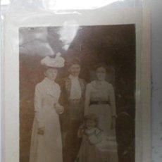 Fotografía antigua: FOTOGRAFIA ANTIGUA REUNION FAMILIAR SIN FOTOGRAFO 13 X 10CM FINALES SIGLO XIX ALBUMINA-460. Lote 34736793