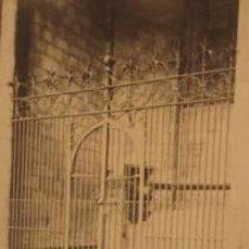 Fotografía antigua: FOTOGRAFIA ALBUMINA DE REJA Y CAPILLA DE LA CATEDRAL DE BARCELONA .C1875. Lote 34961381