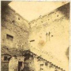 Fotografía antigua: FOTOGRAFIA ALBUMINA DEL PATIO DE ARMAS DEL CASTILLO DE SANTA PAU-GIRONA. CA.1875. 5X9 CMS. Lote 34998469