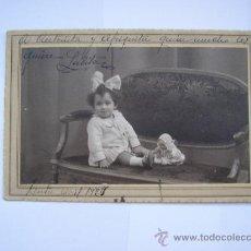 Fotografía antigua: 1927 CEUTA, FOTO ANTIGUA, NIÑA CON MUÑECA, FOTOGRAFO CALATAYUD CEUTA TETUAN. Lote 35055868