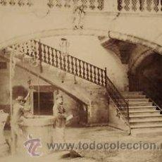 Fotografía antigua: FOTOGRAFIA ALBUMINA DEL PATIO INTERIOR DE CAN OLEZA DE MALLORCA.. CON PERSONAJES.CA. 1880.. Lote 35181369
