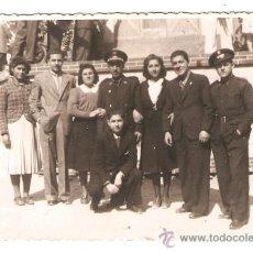 Fotografía antigua: II REPUBLICA. GRUPO CON MILITARES ANTE UNA FALLA. Lote 35841113