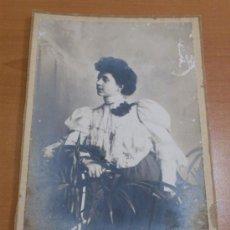 Fotografía antigua: FOTO POSTAL MUJER CON TRAJE TIPICO DE LA EPOCA EN ESTUDIO, PRIMERAS DECADAS DEL 1900, F. SEGUI. Lote 37140388