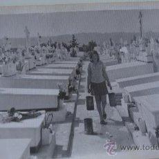 Fotografía antigua: CHICA LIMPIANDO EN CEMENTERIO FOTOGRAFÍA DE LOS AÑOS 50.60S REALISMO SOCIAL. Lote 37522288
